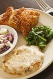 El substituto del pollo frito del vegano sirvió con el slaw, purés de patata Fotografía de archivo libre de regalías