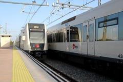 El subterráneo/los trenes paró en la estación del subterráneo/de tren imagen de archivo libre de regalías