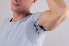 El sudar del axila del hombre del deporte Mancha de la transpiración Concepto del hipertiroidismo Foto de archivo
