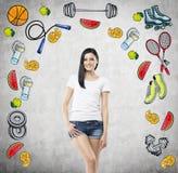 El sueño de la señora hermosa es pensamiento en su opción de la actividad del deporte Los iconos coloridos del deporte se dibujan Fotos de archivo