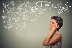 El sueño de pensamiento feliz de la mujer joven tiene muchas ideas que miran para arriba Imágenes de archivo libres de regalías