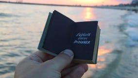 El sueño descubre el viaje, la inscripción en el libro Motivación para los turistas y los viajeros almacen de video