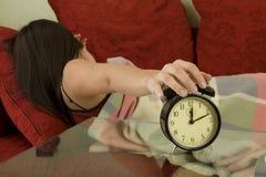 El sueño, despierta con el reloj de alarma Fotos de archivo