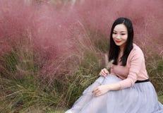 El sueño dulce de la mujer de la muchacha de la libertad china asiática linda hermosa bonita de la sensación ruega la naturaleza  imágenes de archivo libres de regalías