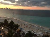 El sueño enarena el frente de la playa de Cancun fotos de archivo