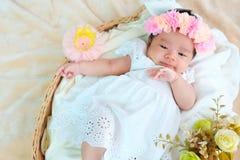 El sueño recién nacido del bebé en la cesta o en la cama y guarda sonrisa con todo el mundo Amor de la sensación el bebé y la nec fotos de archivo