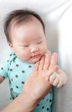 El sueño y la madre del bebé tocan su cara imágenes de archivo libres de regalías