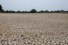El suelo de la grieta en la estación seca, calentamiento del planeta/agrietó el fango secado/D foto de archivo libre de regalías