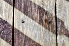 El suelo de madera hecho de roble sube a clavos martillados fotos de archivo