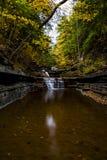 El suero cae parque de estado - Autumn Waterfall - Ithaca, Nueva York imagenes de archivo