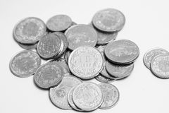 El suizo múltiple acuña el dinero del CHF del franco aislado en blanco imagenes de archivo