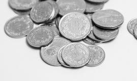 El suizo múltiple acuña el dinero del CHF del franco aislado en blanco imagen de archivo libre de regalías