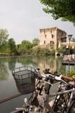 El sul Mincio de Borghetto es uno de los pueblos más hermosos de Italia, uno de esos lugares que parezcan irreales Imágenes de archivo libres de regalías