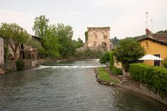El sul Mincio de Borghetto es uno de los pueblos más hermosos de Italia, uno de esos lugares que parezcan irreales Imagen de archivo libre de regalías