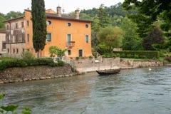 El sul Mincio de Borghetto es uno de los pueblos más hermosos de Italia, uno de esos lugares que parezcan irreales Foto de archivo libre de regalías