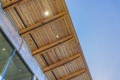 El superficie inferior del tejado plano de un edificio con el cielo azul en el fondo foto de archivo