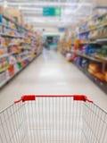 El supermercado deja de lado el fondo borroso pasillo imagen de archivo