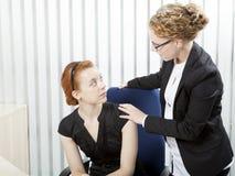 Supervisor que habla con un empleado Fotos de archivo