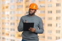 El supervisor de la construcción escribe en el tablero imagen de archivo