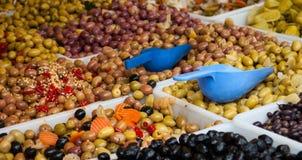 El surtido de aceitunas y las salmueras en mercado se colocan. Fotos de archivo