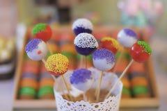 El surtido de estallidos mordedura-clasificados coloridos del caramelo o de la torta con asperja exhibido en un blanco, cuenco at Imágenes de archivo libres de regalías