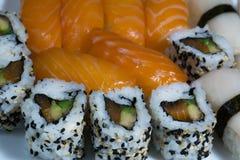 El surtido del sushi fresco, sushi con los salmones, pampanito, rueda foto de archivo