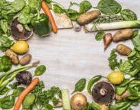 El surtido delicioso de lugar de las verduras frescas de la granja para el texto, enmarca cierre rústico de madera de la opinión  Fotos de archivo libres de regalías