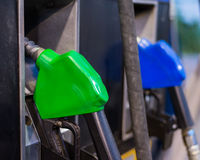 El surtidor de gasolina equipa con inyector la estación foto de archivo libre de regalías