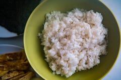 El sushi - arroz preparado en un cuenco y alista para el sushi Fotos de archivo