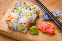 El sushi California rueda el aperitivo con el aguacate del arroz Imagenes de archivo