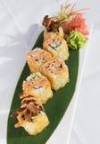 el sushi cubierto en huevos de peces sirvió en una base verde de la hoja Fotos de archivo libres de regalías