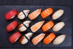 El sushi de Nigiri fijó con los salmones, mero, anguila, atún y gamba, planos Fotos de archivo