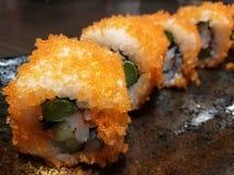 El sushi del rollo de California de la fusión, la materia con los salmones, el pepino, el palillo y el huevo dulce, comida del ca Foto de archivo