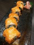 El sushi del rollo de California de la fusión, la materia con los salmones, el pepino, el palillo y el huevo dulce, comida del ca Imagenes de archivo
