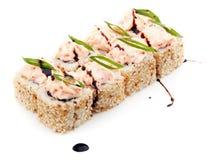 El sushi fijó con las semillas de sésamo, la cebolla verde y la crema aisladas en el fondo blanco Fotografía de archivo