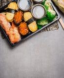 El sushi fijó con nigiri y uni ikura en el fondo de piedra gris, visión superior fotografía de archivo libre de regalías
