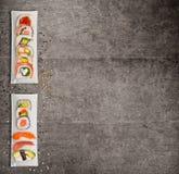 El sushi japonés tradicional junta las piezas en fondo concreto rústico fotografía de archivo