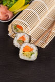 El sushi junta las piezas de la preparación Imagen de archivo