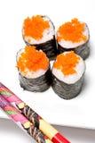 El sushi rueda con los huevos de peces de color salmón Imágenes de archivo libres de regalías
