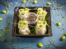El sushi, salmón rueda con la salsa de soja Imágenes de archivo libres de regalías
