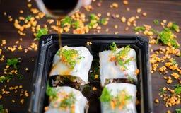 El sushi, salmón rueda con la salsa de soja Foto de archivo