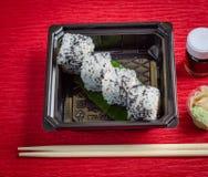 El sushi, salmón rueda con la salsa de soja Fotografía de archivo