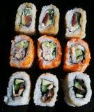 El sushi y los rollos se cierran para arriba Imagenes de archivo