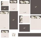El swag floral de la magnolia en poner en contraste la invitación texturizada grogrén rosado de la boda del satén del carbón de l Imagen de archivo