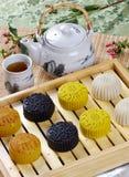 El té come la torta de luna Imágenes de archivo libres de regalías