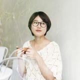 El té de consumición de la mujer asiática relaja concepto imagenes de archivo