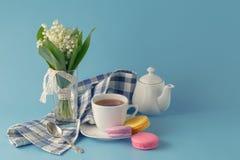 El té de la mañana con el lirio de los valles florece el ramo Foto de archivo