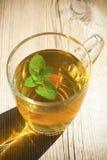 El té de la menta y la menta hojean en el vector de madera viejo Fotografía de archivo