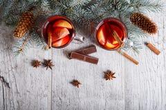 El té del limón con el chocolate y el pino ramifican en un fondo de la tabla Té y dulces Concepto de la Nochebuena imagen de archivo libre de regalías