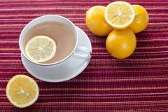 El té del limón en rojo raya el platemat Imágenes de archivo libres de regalías
